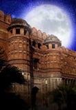 La pleine lune au-dessus des murs du fort rouge l'Inde agra Images stock