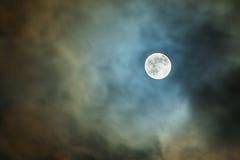 La pleine lune dans le ciel nocturne par les nuages Photos libres de droits