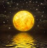 La pleine lune est reflétée dans l'eau onduleuse Photographie stock