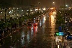 La pluie était lourde sur des rues de ville la nuit, lanière Thani de Muang images libres de droits