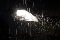 La pluie a affecté le phare léger de voiture dans l'obscurité Photo libre de droits