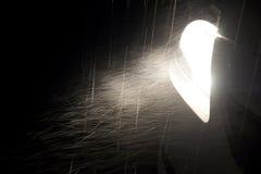 La pluie a affecté le phare léger de voiture dans l'obscurité Photos libres de droits