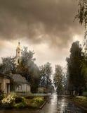 La pluie comme des larmes enlève nos péchés La tour de cloche du monastère Russie après la pluie Photographie stock