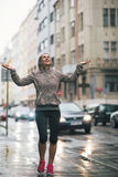 La pluie contagieuse de femme de forme physique se laisse tomber dans la ville Photographie stock libre de droits