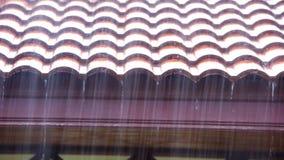 La pluie coule du toit Mouvement visuel de décalage clips vidéos