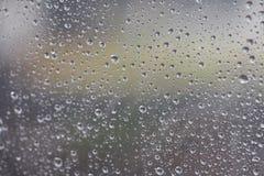 La pluie dérivée au verre Entraînant une goutte de l'eau Répandez le miroir un jour pluvieux, se sentant isolé et isolé Utilisati photographie stock libre de droits