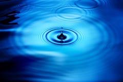 la pluie de baisse ondule l'eau Image stock