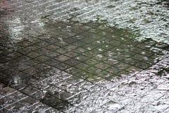 La pluie est tombée fortement, entraînant l'inondation au passage couvert photos stock