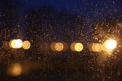 La pluie laisse tomber le bokeh images stock