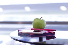 La pluma con un cuaderno y el teléfono están en la tabla Foto de archivo