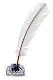 La pluma de canilla de la pluma blanca y el inkwell aislaron imagen de archivo libre de regalías