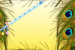La pluma del pavo real y el overg de la flauta amarillean el fondo con el espacio de la copia del texto Foto de archivo libre de regalías