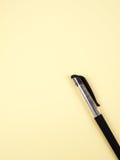 La pluma en la hoja amarilla Fotos de archivo libres de regalías