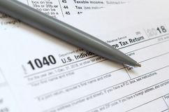 La pluma miente en la forma de impuesto U 1040 S El impuesto sobre la renta individual enría Imagenes de archivo