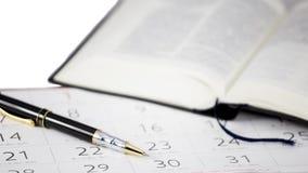 La pluma puesta en calendario Imagen de archivo libre de regalías