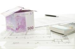 Casa hecha del dinero euro con el contrato de la venta de la casa Foto de archivo libre de regalías