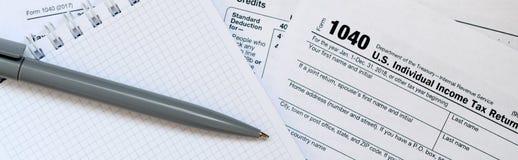 La pluma y el cuaderno es mentiras en la forma de impuesto U 1040 S Individua Imagenes de archivo