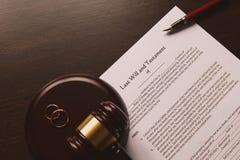 La pluma y el sello públicos del ` s del notario en el testamento y el último lo van a hacer fotografía de archivo