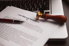 La pluma y el sello públicos del ` s del notario en el testamento y el último lo van a hacer imagen de archivo