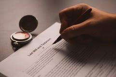 La pluma y el sello públicos del ` s del notario en el testamento y el último lo van a hacer fotos de archivo libres de regalías