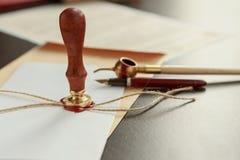 La pluma y el sello públicos del ` s del notario en el testamento y el último lo van a hacer fotos de archivo