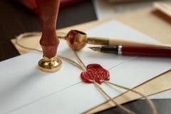 La pluma y el sello públicos del ` s del notario en el testamento y el último lo van a hacer Herramientas del notario público fotos de archivo
