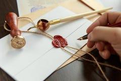 La pluma y el sello públicos del ` s del notario en el testamento y el último lo van a hacer Herramientas del notario público fotografía de archivo libre de regalías