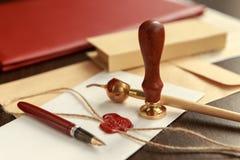 La pluma y el sello públicos del ` s del notario en el testamento y el último lo van a hacer Herramientas del notario público imagenes de archivo