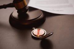 La pluma y el sello públicos del ` s del notario en el testamento y el último lo van a hacer Herramientas del notario público fotografía de archivo