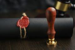 La pluma y el sello públicos del ` s del notario en el testamento y el último lo van a hacer Herramientas del notario público fotos de archivo libres de regalías