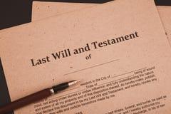 La pluma y el sello públicos del ` s del notario en el testamento y el último lo van a hacer Notario público foto de archivo libre de regalías