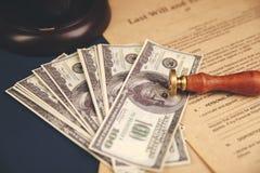 La pluma y el sello públicos del ` s del notario en el testamento y el último lo van a hacer Notario público imagen de archivo libre de regalías