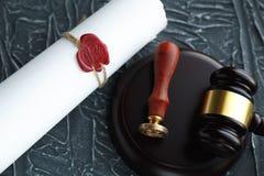 La pluma y el sello p?blicos del ` s del notario en el testamento y el ?ltimo lo van a hacer Notario p?blico imágenes de archivo libres de regalías