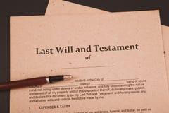 La pluma y el sello p?blicos del ` s del notario en el testamento y el ?ltimo lo van a hacer Notario p?blico fotografía de archivo