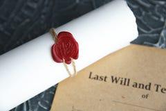 La pluma y el sello p?blicos del ` s del notario en el testamento y el ?ltimo lo van a hacer Notario p?blico foto de archivo libre de regalías