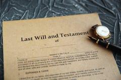 La pluma y el sello p?blicos del ` s del notario en el testamento y el ?ltimo lo van a hacer Notario p?blico foto de archivo