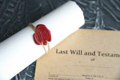 La pluma y el sello p?blicos del ` s del notario en el testamento y el ?ltimo lo van a hacer Notario p?blico imagenes de archivo
