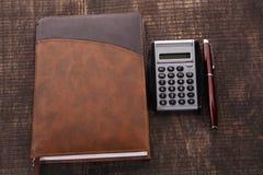 La pluma y la calculadora del cuaderno imágenes de archivo libres de regalías