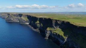 La plupart de point de repère célèbre en Irlande - les falaises de la longueur aérienne de bourdon de Moher banque de vidéos