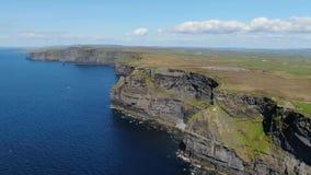 La plupart de point de repère célèbre en Irlande - les falaises de la longueur aérienne de bourdon de Moher clips vidéos