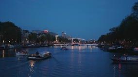 La plupart de pont célèbre à Amsterdam a appelé le Magere Brug - belle vue de soirée banque de vidéos