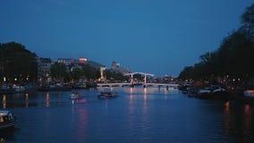 La plupart de pont célèbre à Amsterdam a appelé le Magere Brug - belle vue de soirée clips vidéos