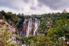 La plus grande cascade d'un des lacs Plitvice les plus étonnants en Croatie Stationnement national photos libres de droits