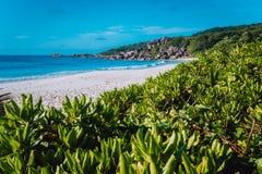 La plus grande plage Anse grand sur l'île de Digue de La, Seychelles avec des formations de roche de granit, sable et tropical bl images stock