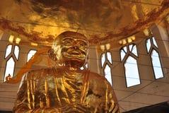 La plus grande statue d'or de l'unité centrale de Luang Thuat, le moine saint et célèbre dans le viharn Image libre de droits