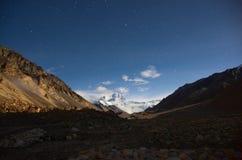 La plus haute montagne en monde la nuit Photo libre de droits