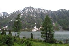 La plus haute montagne sur le rivage du lac Image libre de droits