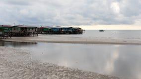 La pobreza costera del paisaje de la marea baja del mar del pueblo dilapidó los hogares fotos de archivo