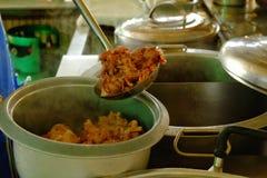 La poche est porksoft vidangé dans une cuvette, faisant cuire la nouille dans le thail photos stock