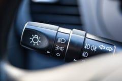 La poignée de l'essuie-glace dans la voiture Photos libres de droits